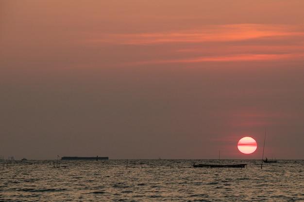 Puesta de sol en la noche y el mar.