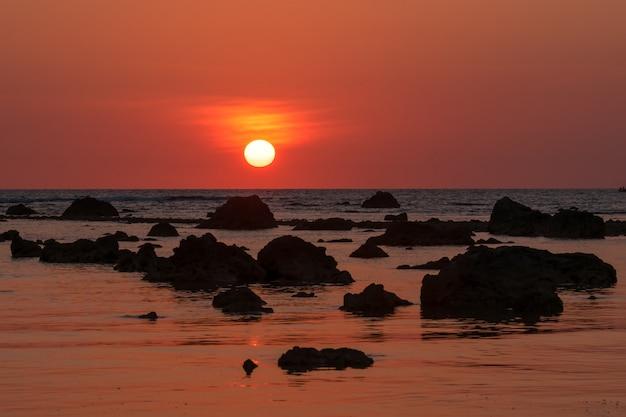 Puesta del sol del paisaje en cape coral en el mar de andaman en phang nga, sur de tailandia