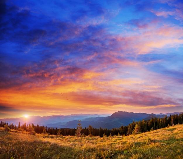 Puesta de sol en el paisaje de montaña