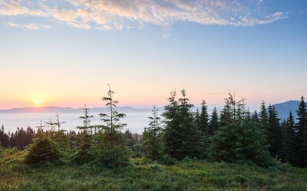 Puesta de sol en el paisaje de las montañas. cielo dramático. cárpatos de ucrania europa.