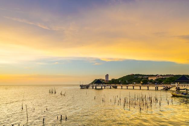 Puesta del sol en la playa de laem tan bangsan, sriracha, chonburi, tailandia.