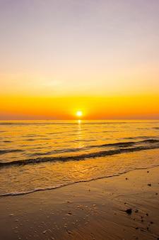 Puesta de sol y playa del mar