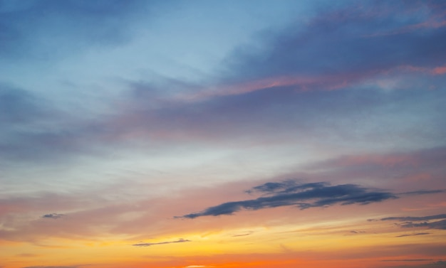 Puesta de sol con rayos de sol, cielo con nubes y sol.