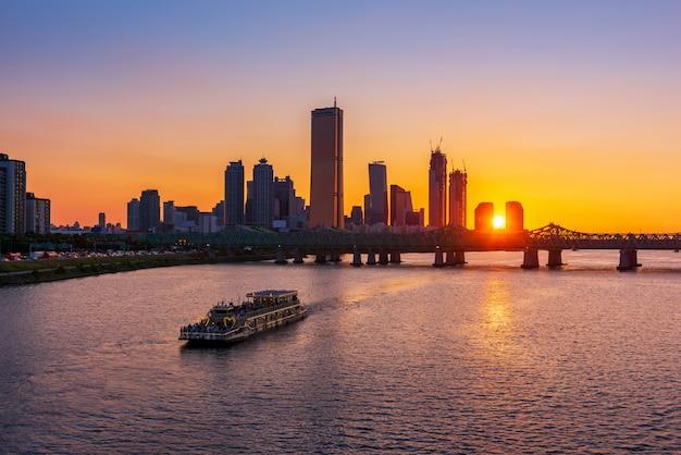 Puesta del sol en el río han en la ciudad de seul, corea del sur.