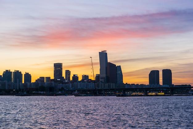 Puesta de sol en el río han en la ciudad de seúl, corea del sur.