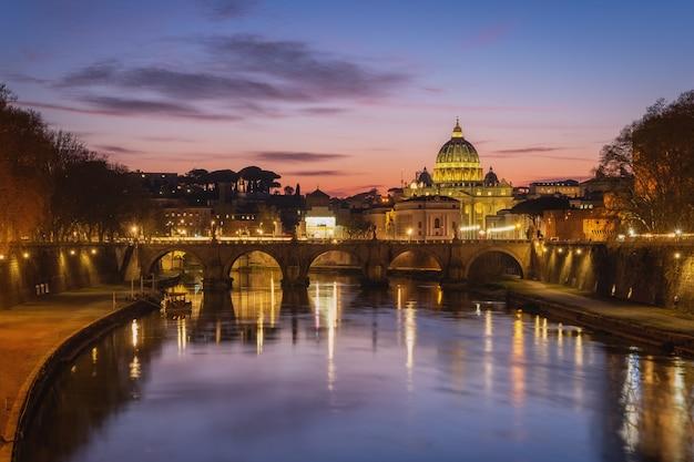 Puesta de sol en roma con paisaje urbano de la cúpula de san pedro