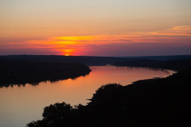 Puesta de sol rosa sobre el río