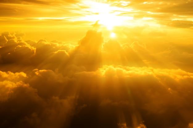 Puesta del sol / salida del sol con nubes, efecto atmosférico de los rayos de luz