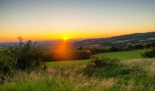 Puesta de sol sobre la campiña francesa