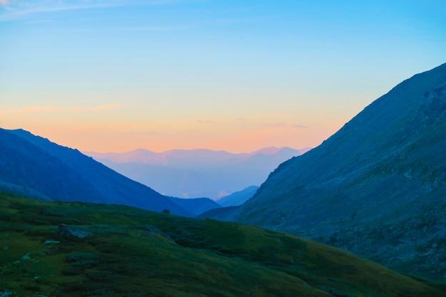 Puesta de sol sobre la cordillera de las montañas en el valle de akchan. montañas de altai. rusia