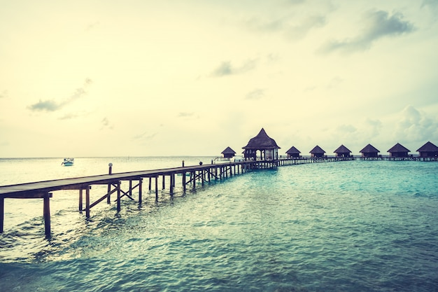 Puesta de sol sobre la isla de maldivas