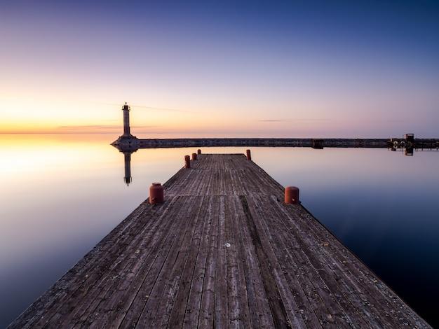 Puesta de sol sobre el lago ladoga en verano
