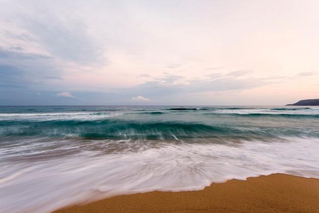 Puesta de sol sobre el mar, espectacular puesta de sol en la playa, naturaleza en el período crepuscular