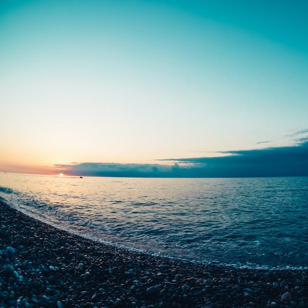 Puesta de sol sobre el mar negro. lentes de ojo de pez
