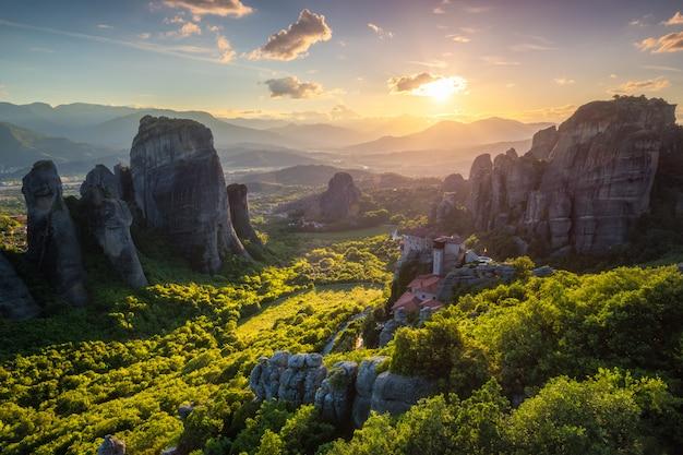 Puesta de sol sobre los monasterios de meteora