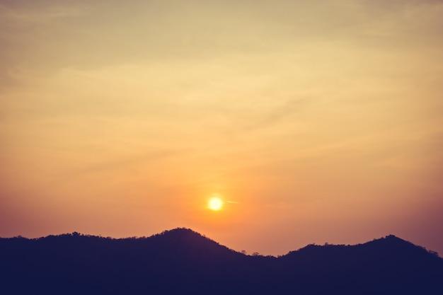 Puesta de sol sobre la montaña