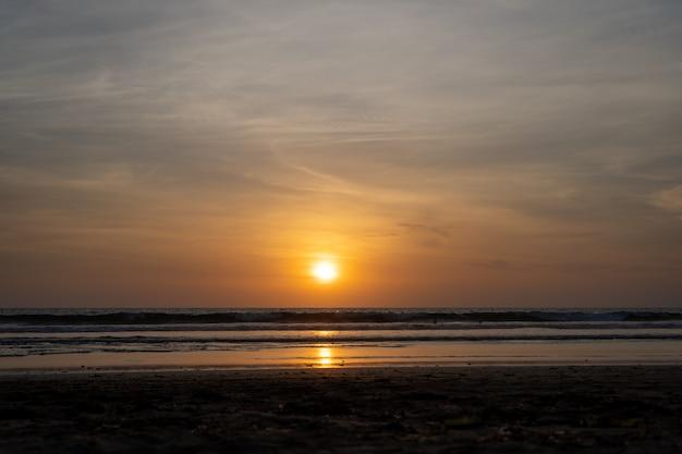 Puesta de sol sobre un océano