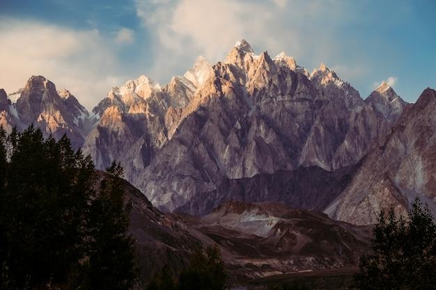 Puesta de sol sobre el pico de la montaña passu en la cordillera karakoram en pakistán
