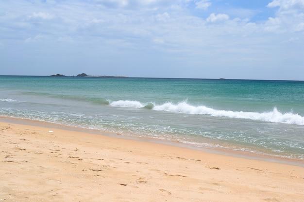Puesta de sol sobre la playa desierta en nilaveli, sri lanka
