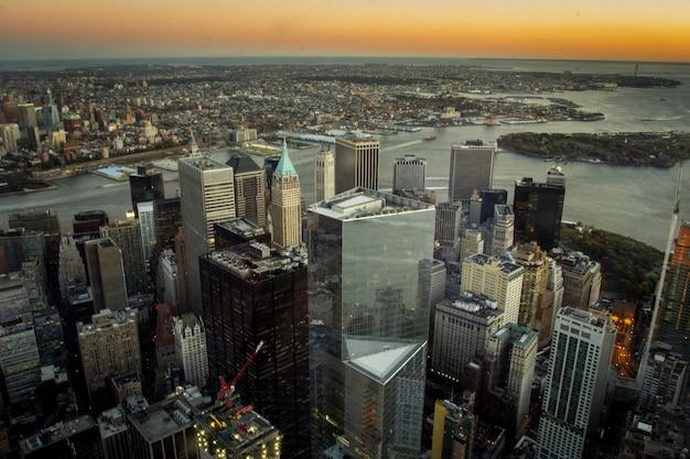 Puesta de sol vista aérea del centro de nueva york