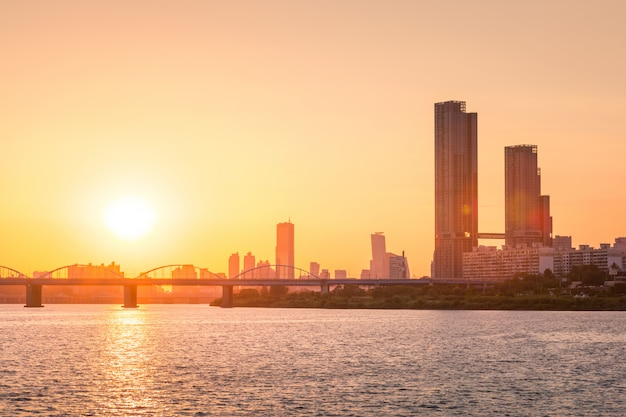 Puestas de sol detrás de los rascacielos de yeouido y puentes sobre el río han en el centro de seúl, corea del sur.