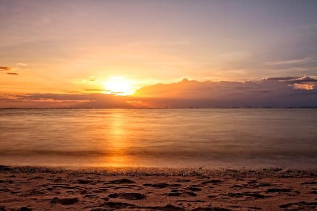 Puestas de sol en la playa de mar en vacaciones de verano en tailandia