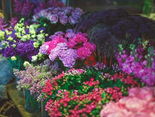 Puesto de flores con muchas variedades de flores.