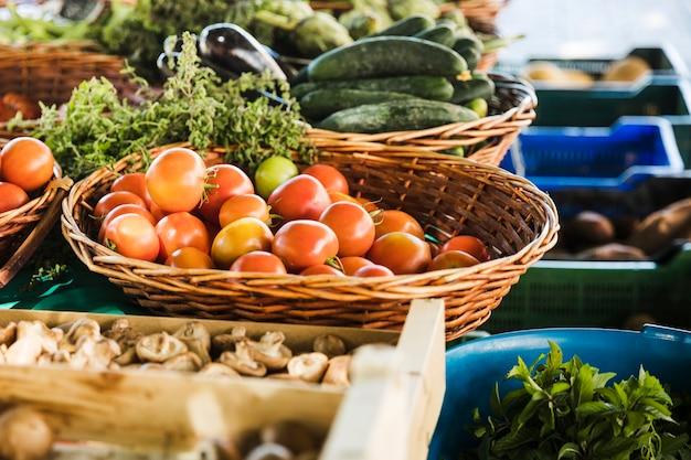 Puesto del mercado de alimentos de los agricultores con variedad de vegetales orgánicos.