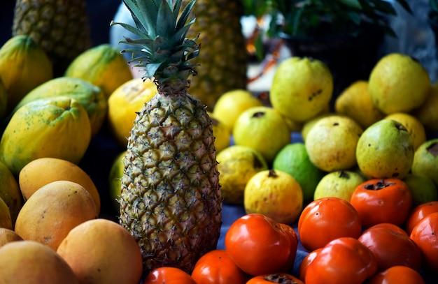 Puesto en el mercado callejero con varias frutas tropicales