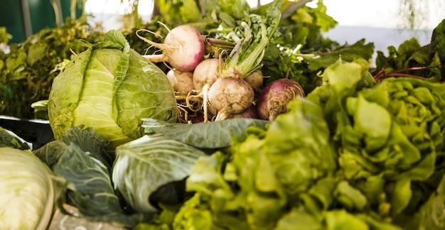 Puesto en el mercado con variedad de vegetales orgánicos frescos.