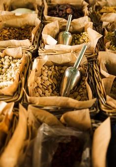Puesto en el mercado con varios frutos secos y nueces.