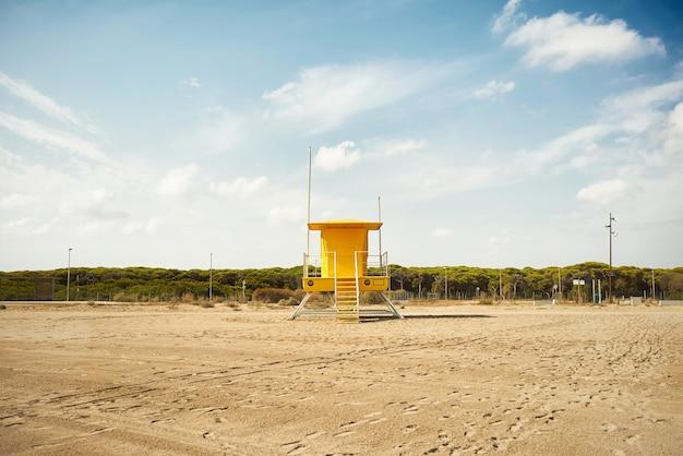 Puesto de socorrista amarillo onn playa vacía