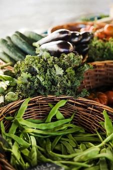 Puesto de vegetales saludables y frescos en el mercado de agricultores