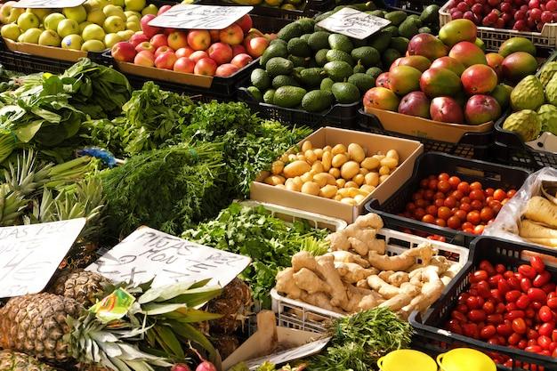 Puesto de verduras frescas y mercado de frutas.