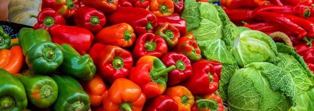 Puestos de mercado con verduras y frutas. enfoque selectivo.