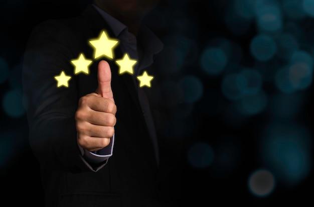 El pulgar del cliente se levanta con un monitor de cribado virtual de 5 estrellas con ilustración amarilla