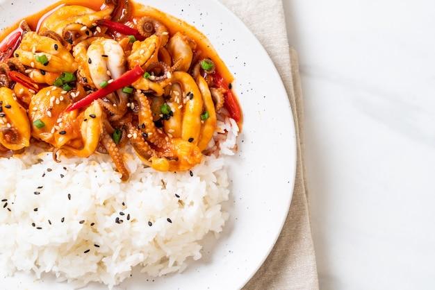 Pulpo o calamar salteado y pasta picante coreana (osam bulgogi) con arroz