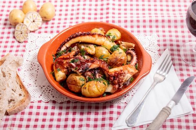 Pulpo a la plancha con patatas, ajo y salsa.