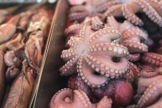 Pulpo a la venta en el mercado de pescado