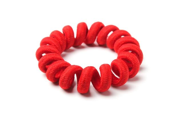 Pulsera de caucho rojo, retorcida en espiral.