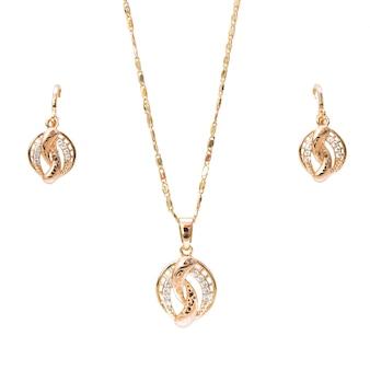 Pulsera de collar de oro y joyas de anillos de oreja aislados sobre fondo blanco