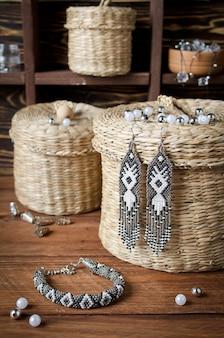 Pulsera de pequeñas cuentas en un conjunto con pendientes artesanales. taller a domicilio