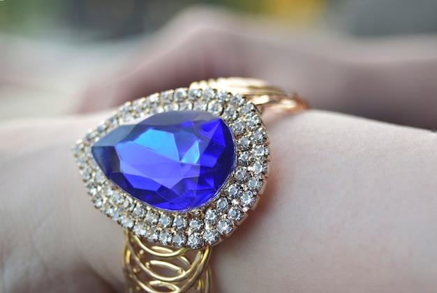 Pulsera de piedras preciosas de topacio azul y los diamantes son lujosos y caros