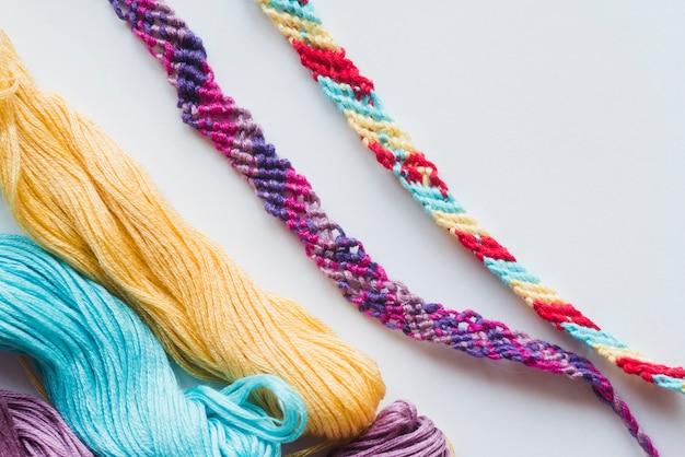 Pulseras e hilados multicolores.