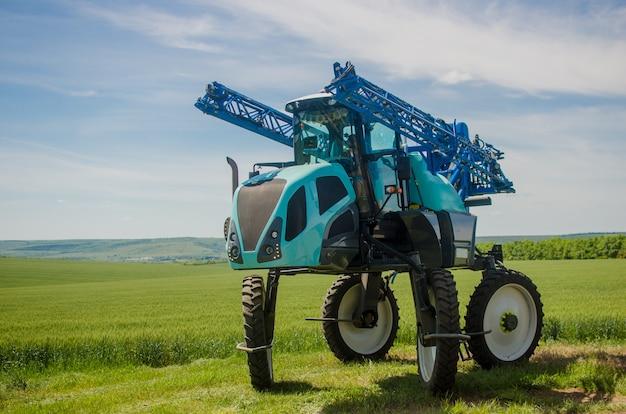 Pulverizadores agrícolas, productos químicos pulverizados sobre trigo joven.