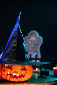 Pumpking travieso para la celebración de halloween en una mesa de madera. decoración de halloween.