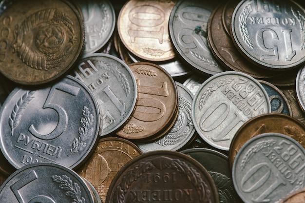Un puñado de monedas rusas antiguas.
