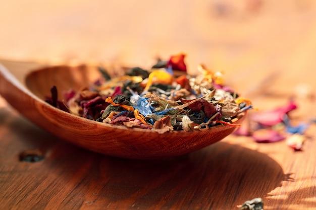 Puñado de té natural sobre una superficie de madera.
