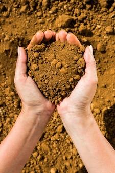 Un puñado de tierra en manos de