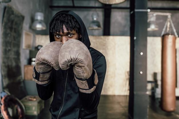 Puñetazo de boxeador negro al primer plano de la cámara